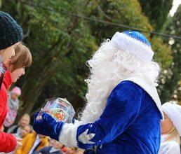 Дед Мороз и Снегурочка из «Артека» поздравляют с Новым годом юных крымчан