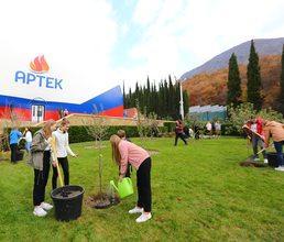 «Артек» и Александринский театр заложили фруктовый сад