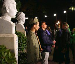 У монумента Славы дети почтили память артековцев-героев