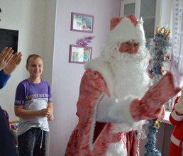 Артековские Дед Мороз и Снегурочка поздравили детей погибших офицеров спецподразделения «Альфа»