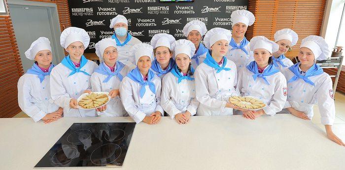 «Гагаринцы» приготовили печенье в виде ракеты к юбилею «Хрустального»