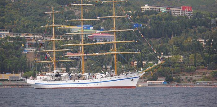 К берегам «Артека» пришел парусный трехмачтовый фрегат «Херсонес»