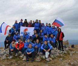 Артековцы подняли флаги на высочайшей вершине Крыма