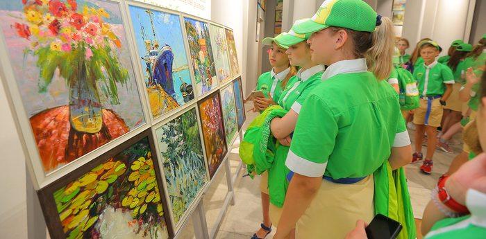 В «Артеке» открылась художественная выставка «Объединяя пространство»