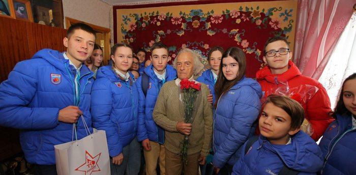 Артековцы поздравили ветеранов Гурзуфа с Днем защитника Отечества