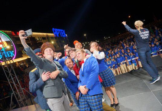 Фестиваль КВН в «Артеке» открыли участники Высшей лиги