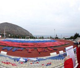 В «Артеке» развернули огромный триколор в поддержку российских спортсменов